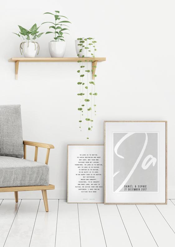 Wohnzimmer Dekoration mit Textpostern von Printcandy- grau weiss holz