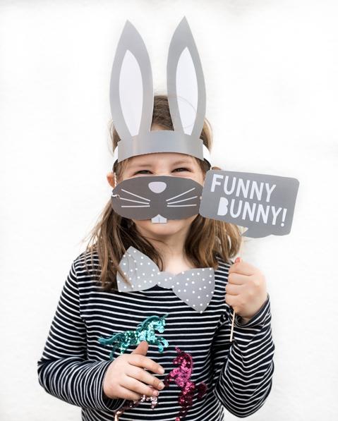 Kind mit Oster Photo Boot Probs Hase zum Selberbasteln