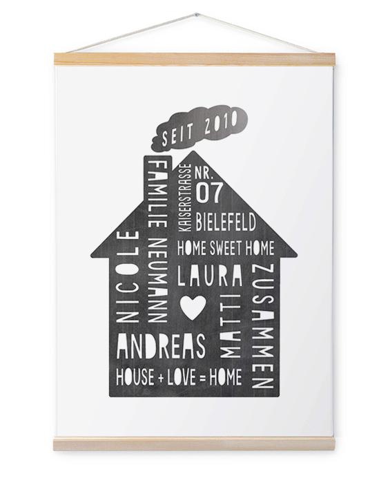 Leinwand Familie mit Haus inkl. Posterleisten aus Holz und Aufhängung